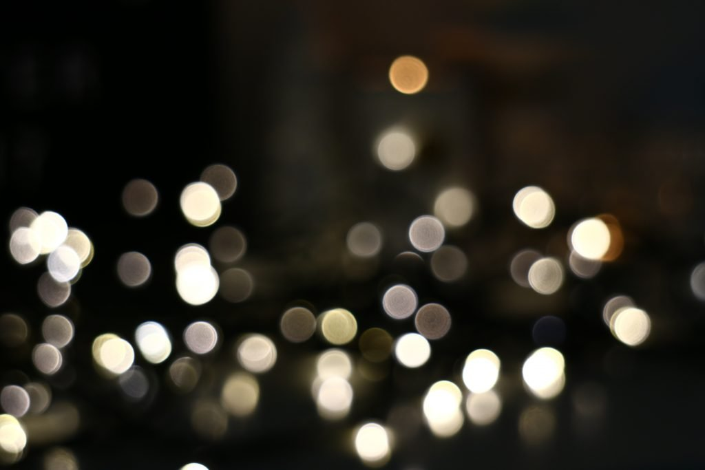 Lichterkette im Hintergrund verschwommen