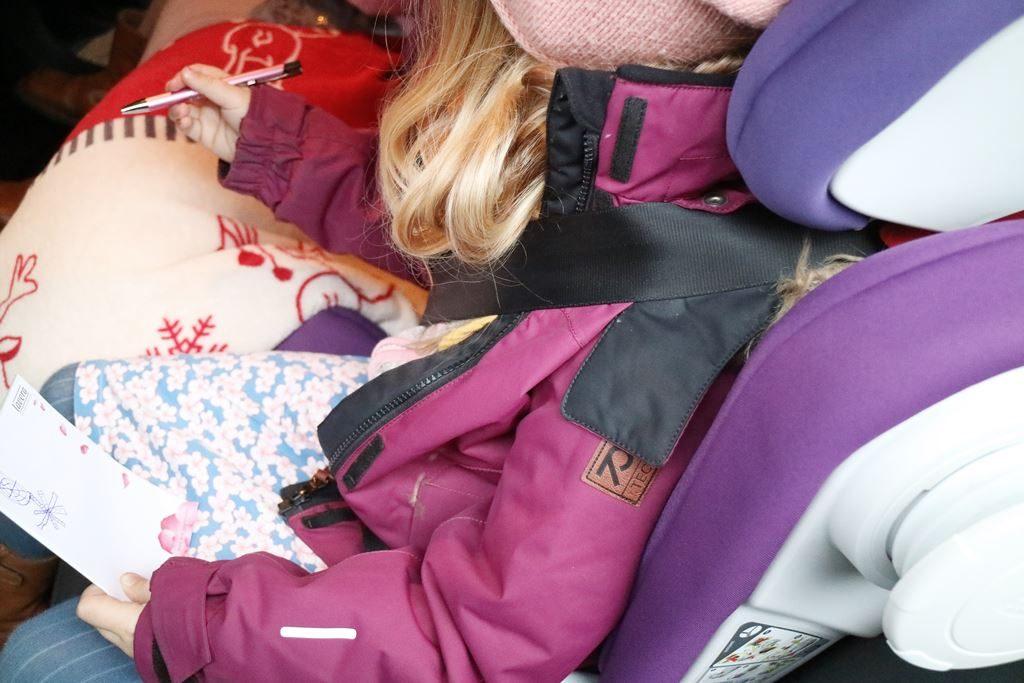 Ohne Winterjacke im Kindersitz - Drei-Punkt-Gurt