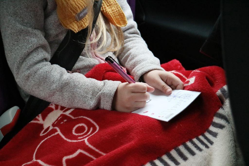 Ohne Winterjacke im Kindersitz - immer eine Decke im Auto