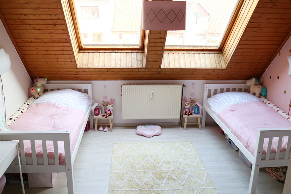 Familienleben Kindergarten Schulkind In Einem Kinderzimmer