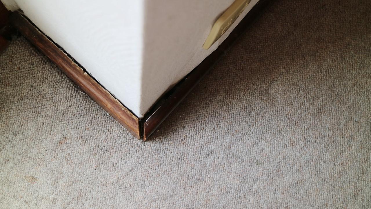 Kullakeks - Schlafzimmer - Fußleiste - Vorher - Teppich